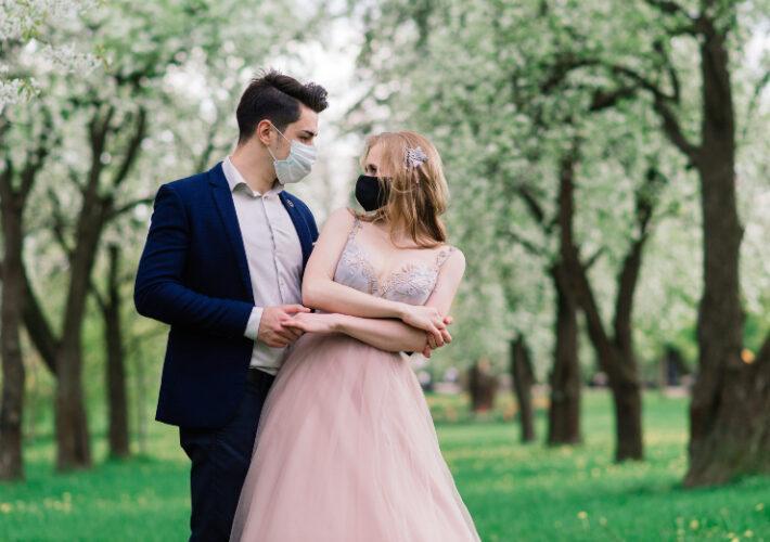 Brautpaar mit Mundschutz- Heiraten trotz Corona