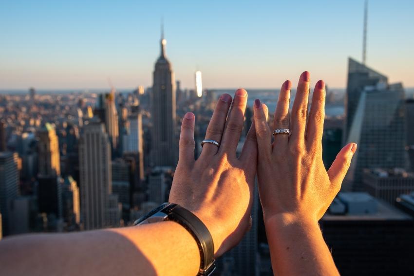 Hände von Verlobten vor New Yorker Skyline