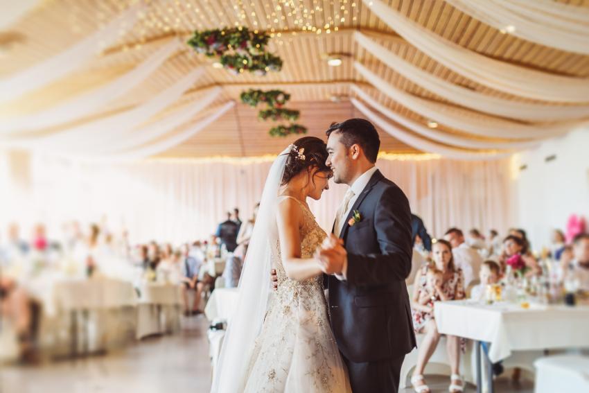 Brautpaar tanzt auf Hochzeitsfeier - Heiraten trotz Corona