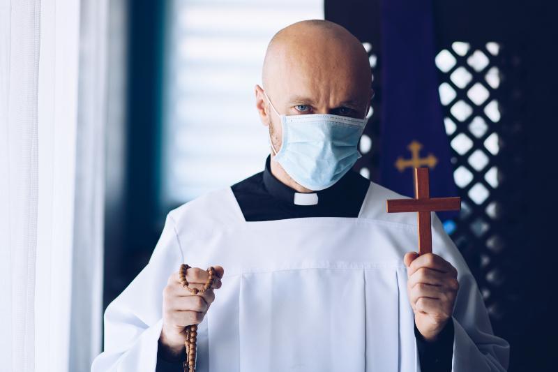 Geistlicher mit Mundschutz - Heiraten trotz Corona