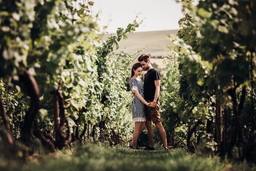 Ein Paar in den Weinreben - Verlobung in Deutschland