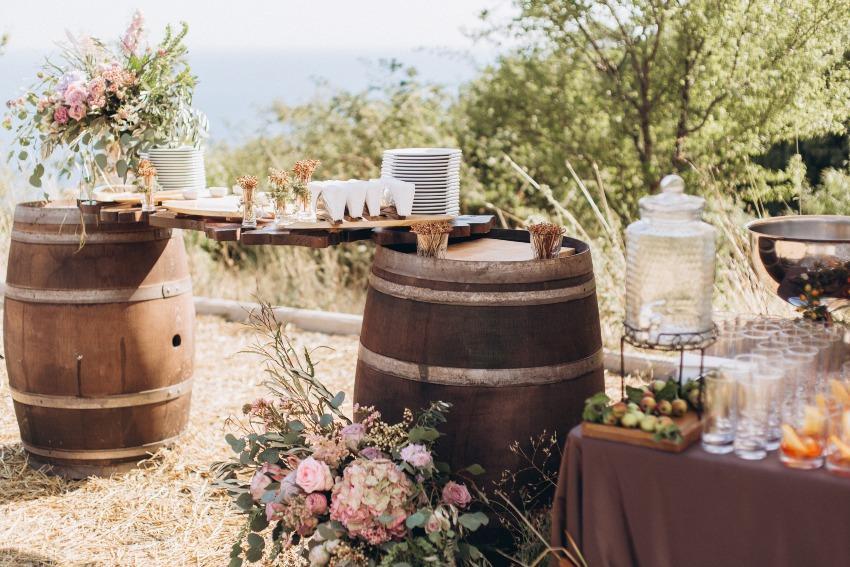 Bikerhochzeit - rustikale Deko mit Holzfässern und Blumen
