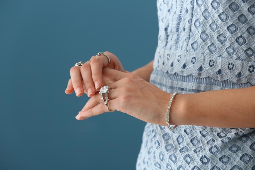 Hände mit Ringen in der Nahaufnahme