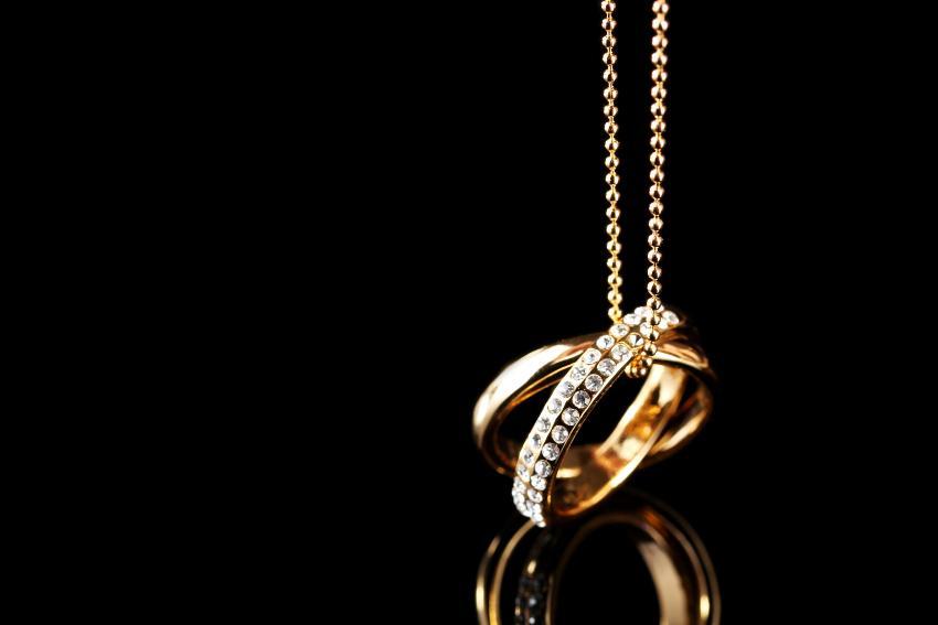 Ringe an einer Halskette