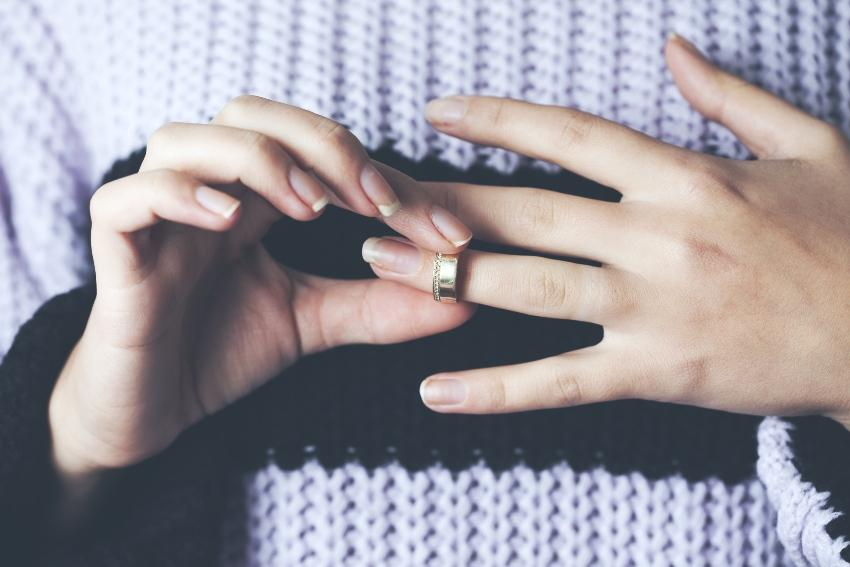 Ehering vom Finger streifen