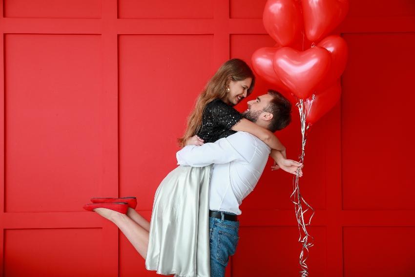 Paar mit Herz-Luftballons