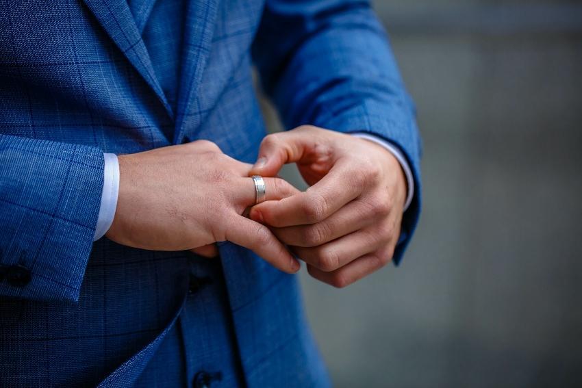 Mann mit Verlobungsring