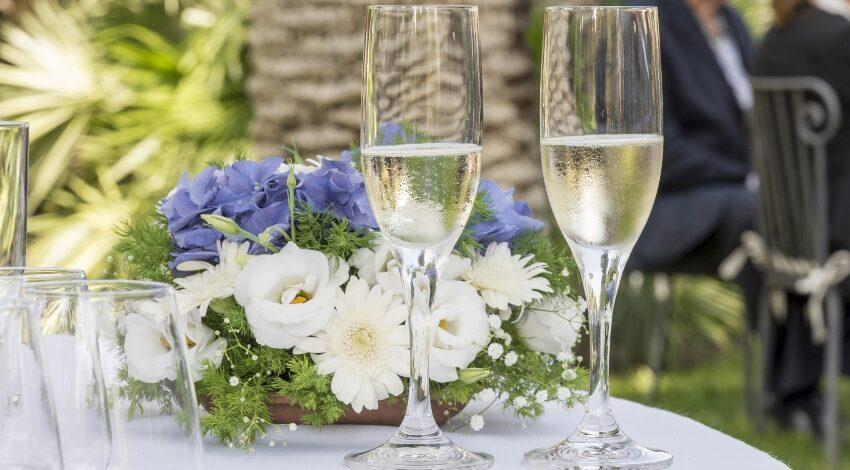 Sektgläser und Blumenstrauß