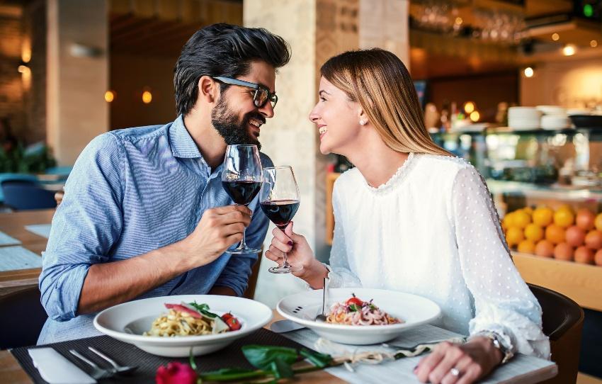 Paar im Restaurant - Papierhochzeit