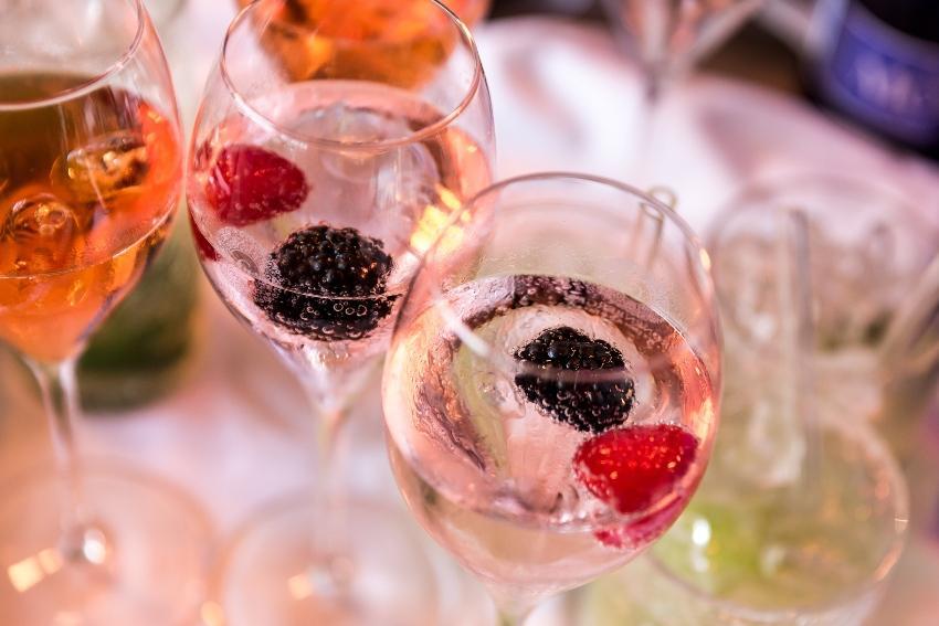 Sektglas mit Beeren