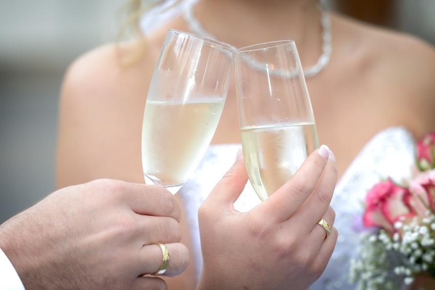 Verheiratetes Paar beim Sektempfang