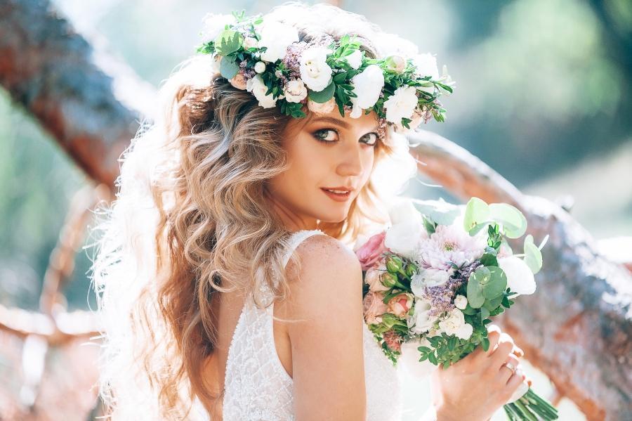 Brautfrisur mit Blumenkranz offene Haare