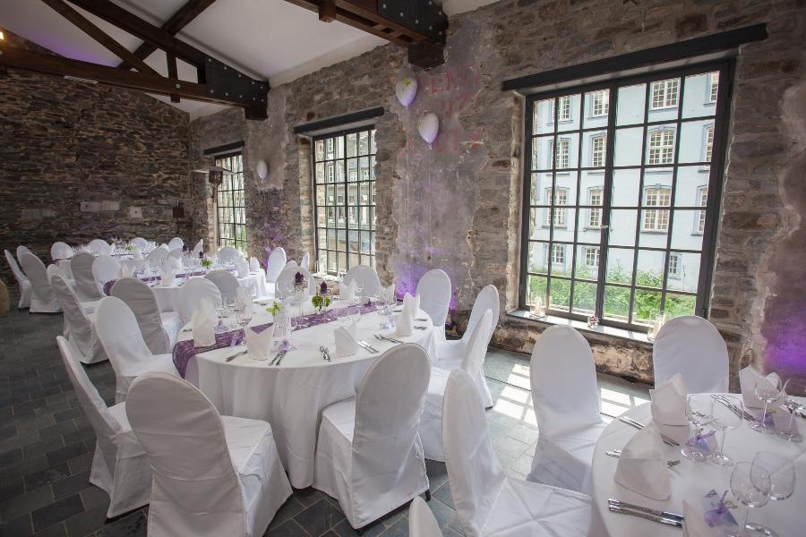 Industriehalle zur Hochzeitsfeier eingedeckt Urbane Hochzeit