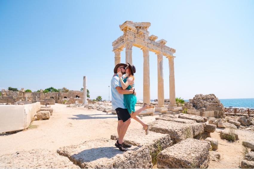 Paar vor dem Apollotempel in Athen