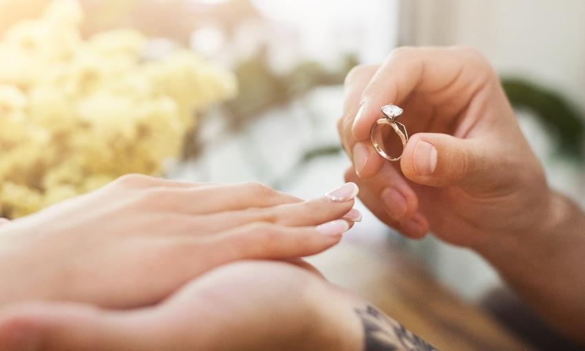 Verlobungsringe der Stars - Ring anstecken