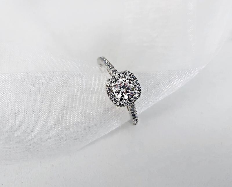 Ein Diamant-Ring, der auf einem weißen Tuch drapiert ist