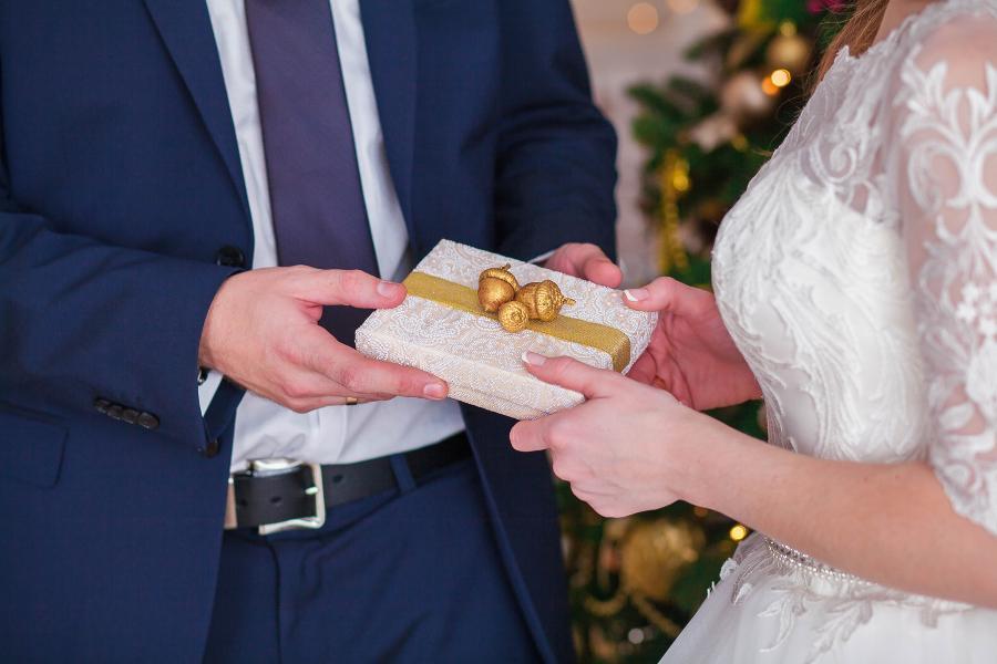 Ehemann überreicht die Morgengabe (hier eine kleine weiße Schachtel) an die Braut