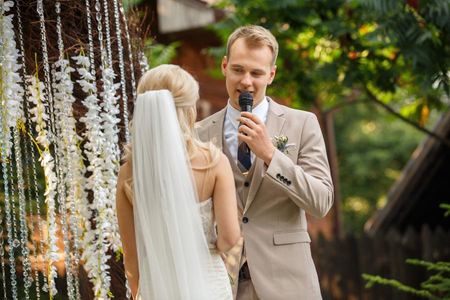Mann spricht während der Hochzeit zu seiner Frau