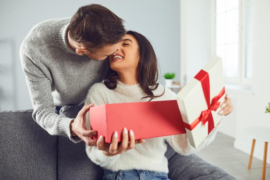 Mann schenkt Ehefrau ein romantisches Geschenk