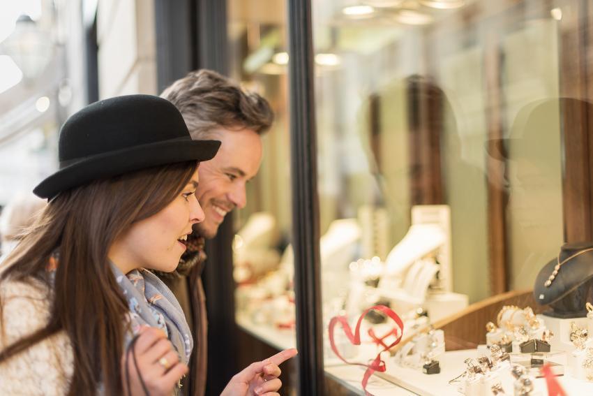 Junges Paar vor dem Schaufenster eines Juweliers