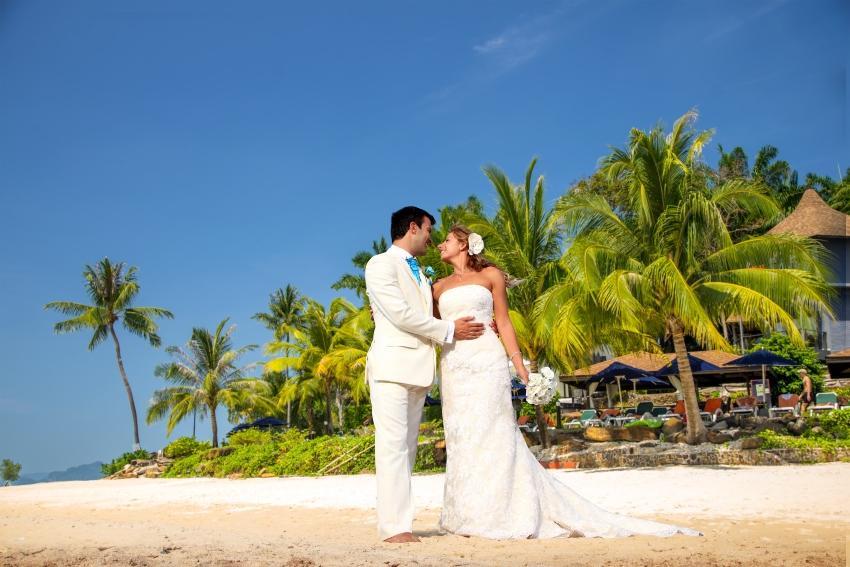 Junges Ehepaar verliebt am wunderschönen Strand