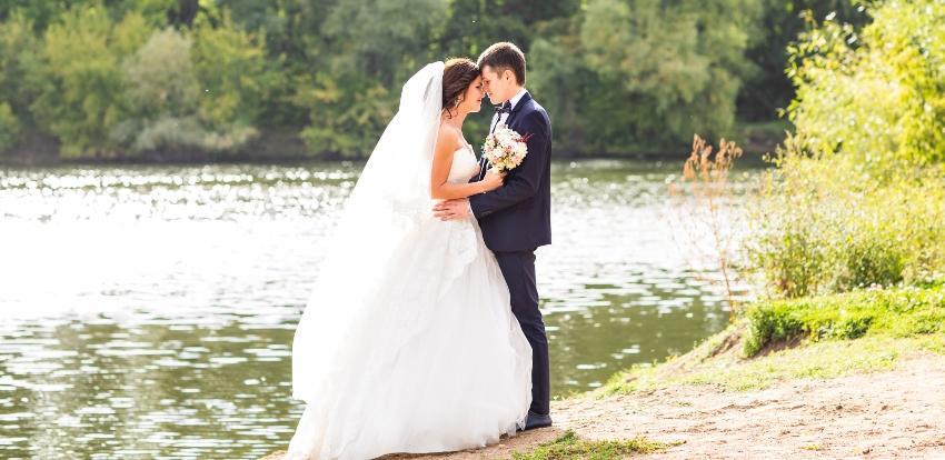 Junges Ehepaar steht am See