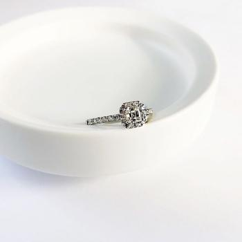 Verlobungsring mit Diamant in Porzellanschale