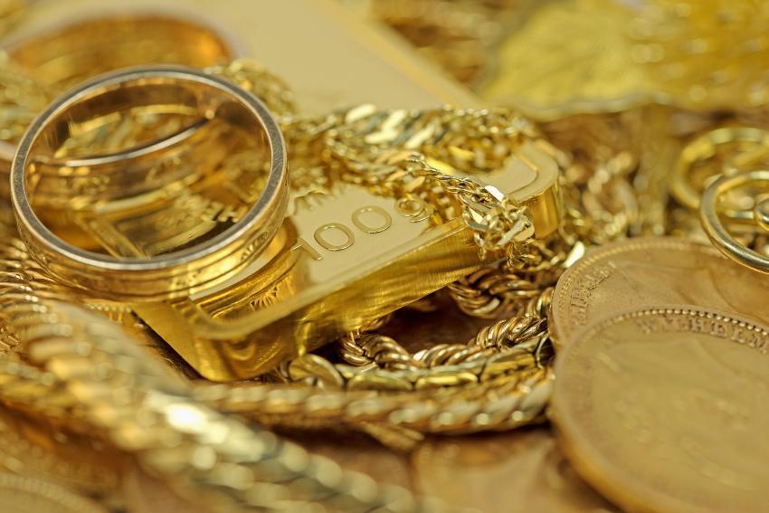 Gold in diversen Formen wie Münze, Barren, Kette