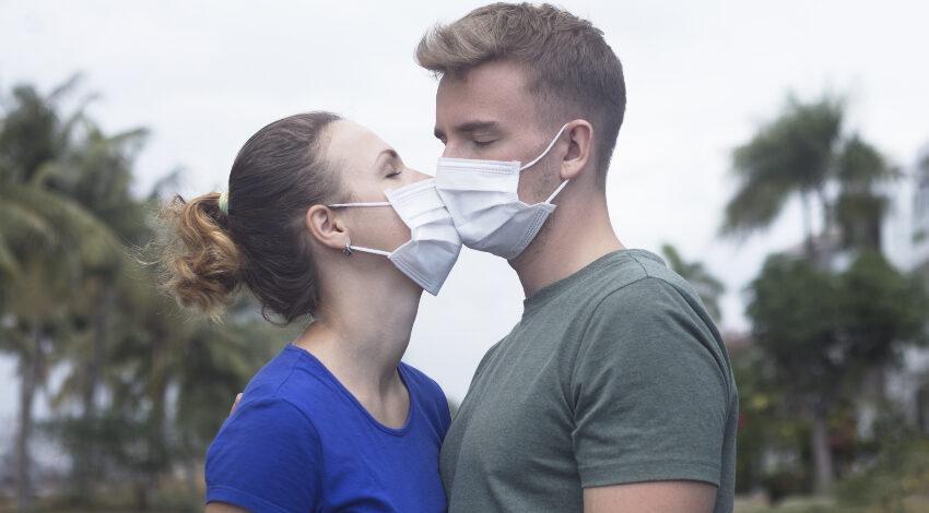 Ein Kuss trotz Mundschutz in Corona-Zeiten