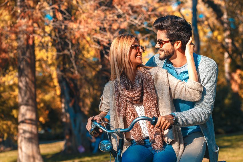 Junges Liebespaar fährt zusammen auf einem Fahrrad