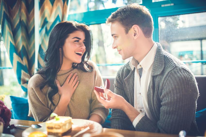 Mann macht Frau im Restaurant einen Hochzeitsantrag