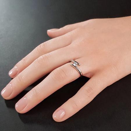 Verlobungsring mit Ringschiene und Diamant
