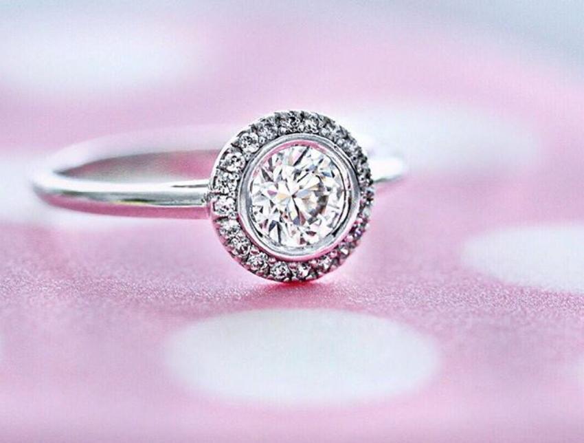 Karat gibt das Gewicht eines Diamanten an - hier der Inspire mit 0,6 Karat (1 Karat = 0,2 Gramm)