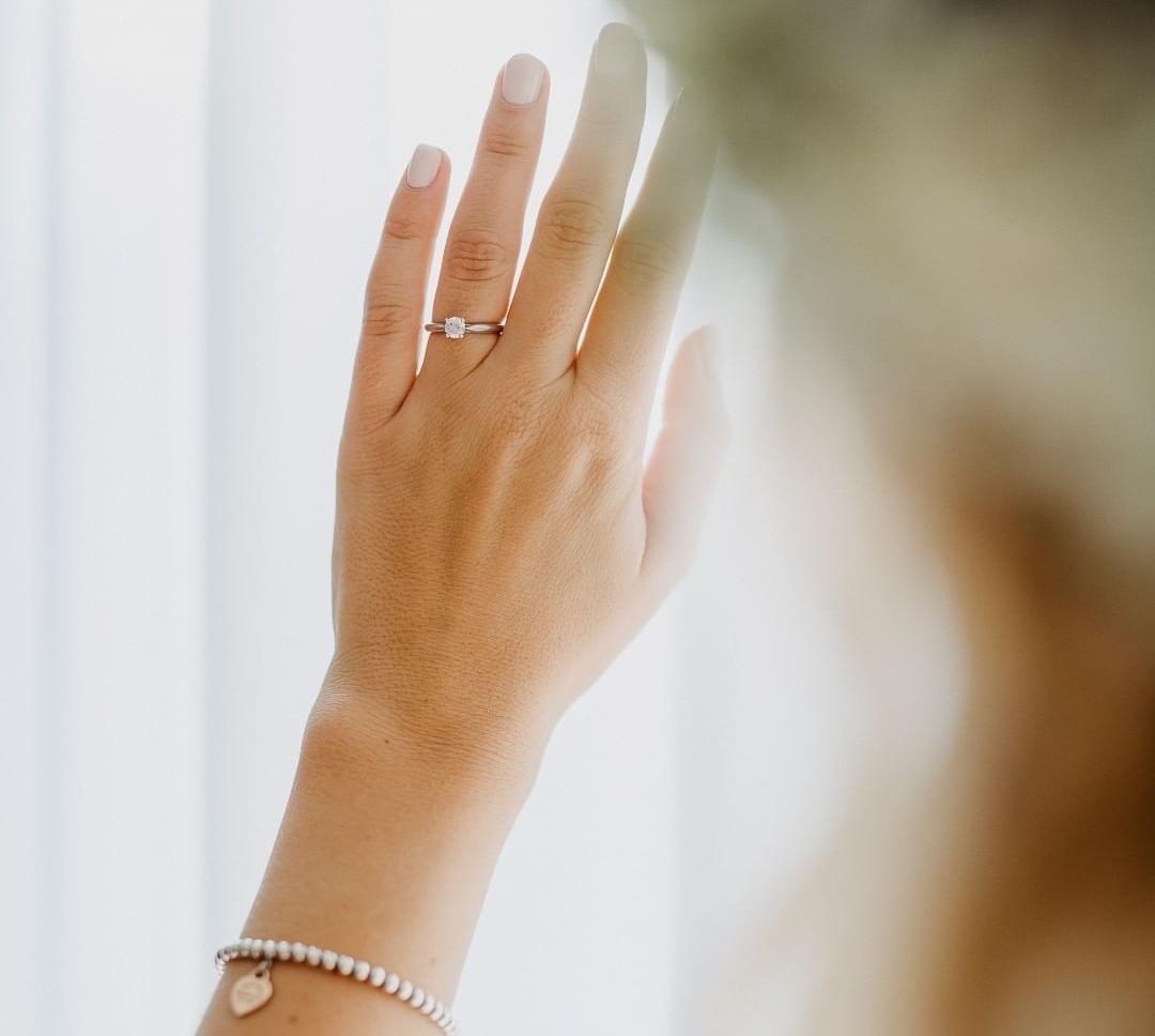 Frau hat Verlobungsring an der Hand