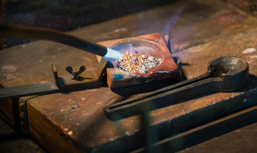 Verschiedenes Metall wird eingeschmolzen