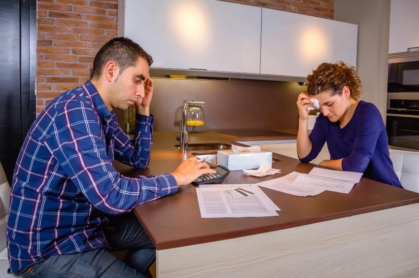 Paar ist unzufrieden über die finanzielle Lage