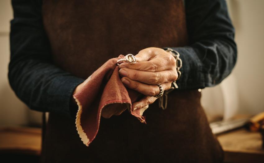 Juwelier poliert Ring mit Tuch