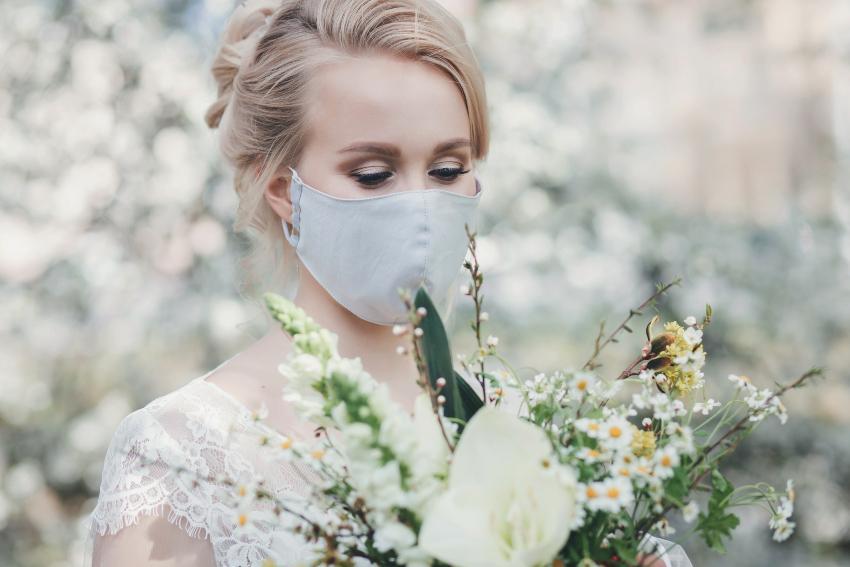 Junge Braut mit Mund-Nase-Schutz
