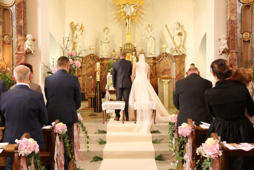 Hochzeitspaar wird in der Kirche getraut - Micro Wedding in kleinem Kreis