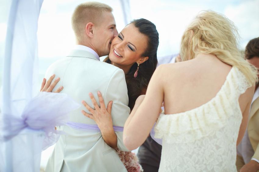 Junges Brautpaar umarmt sich