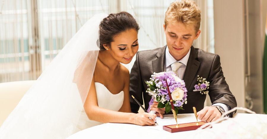 Hochzeitspaar auf dem Standesamt - Micro Wedding
