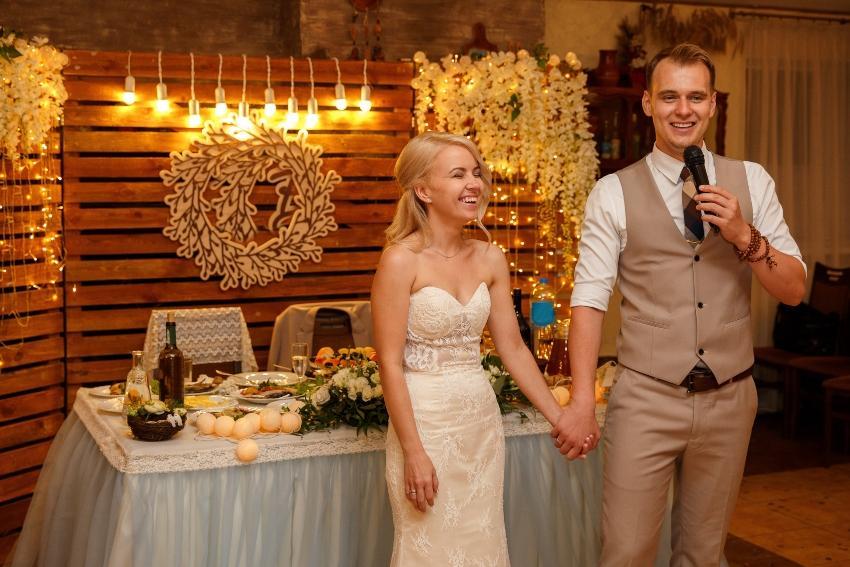 Bräutigam hält Rede, Braut steht neben ihm