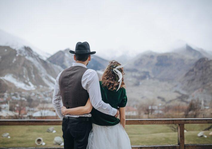 Ehepaar in den Bergen - Romantische Hüttenhochzeit