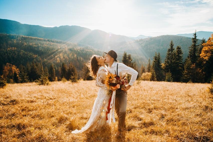 Brautpaar in den Bergen bei Sonnenuntergang - Romantische Hüttenhochzeit
