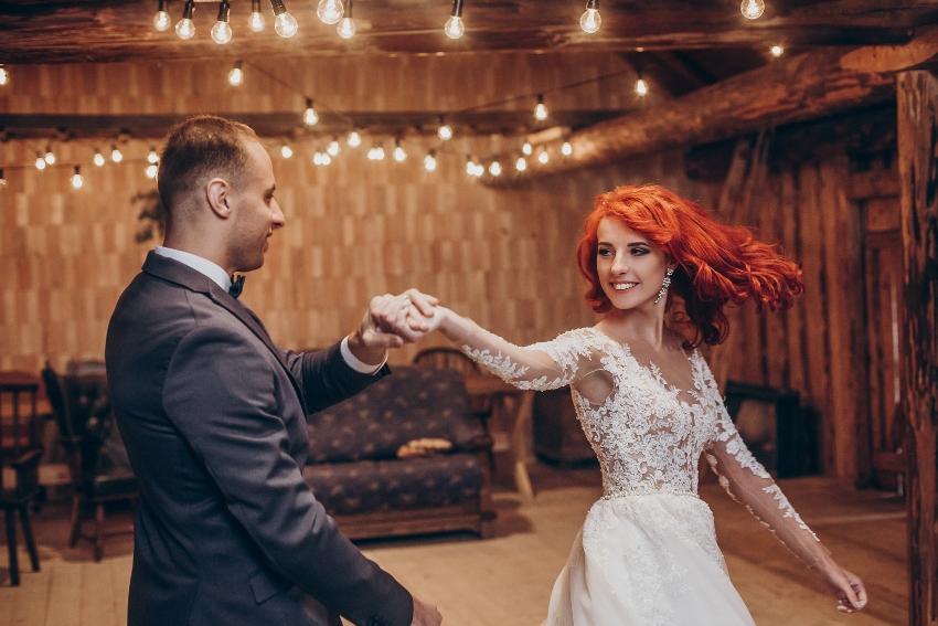 Brautpaar tanzt in einer Hütte