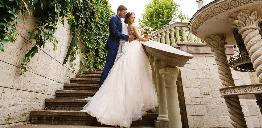 Brautpaar posiert - Tagesablauf der Hochzeit