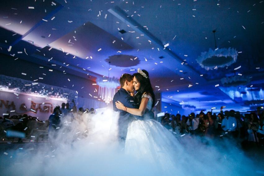Hochzeitspaar tanzt in Party Atmosphäre