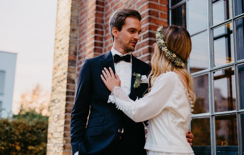 Junges Brautpaar schaut sich in die Augen