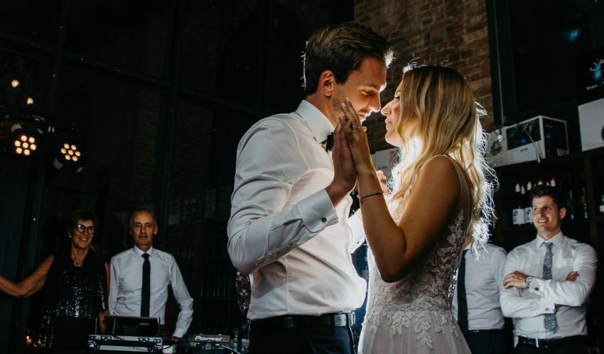 Brautpaar tanzt auf Hochzeit