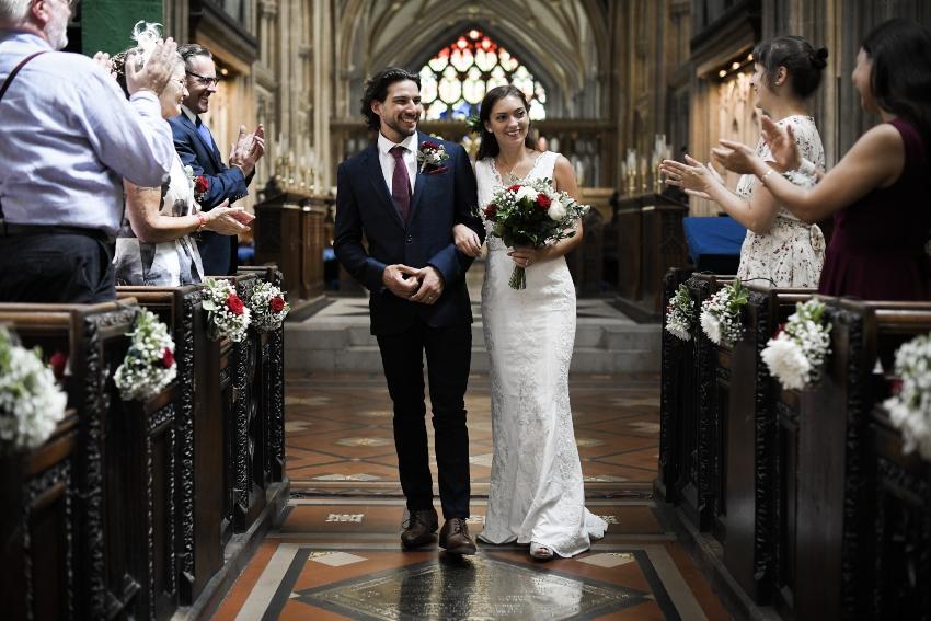 Brautpaar heiratet in der Kirche - der Tagesablauf der Hochzeit bringt Ordnung